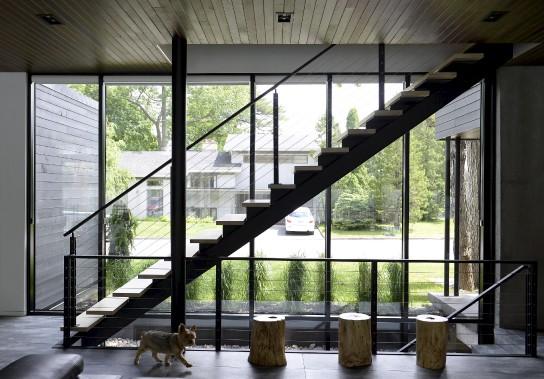 Les pièces respirent et la lumière se propage dans cette maison contemporaine de Sainte-Foy. À la fois massif et léger, l'escalier traverse l'espace sans troubler l'immensité ni créer de frontières. (Le Soleil, Yan Doublet)