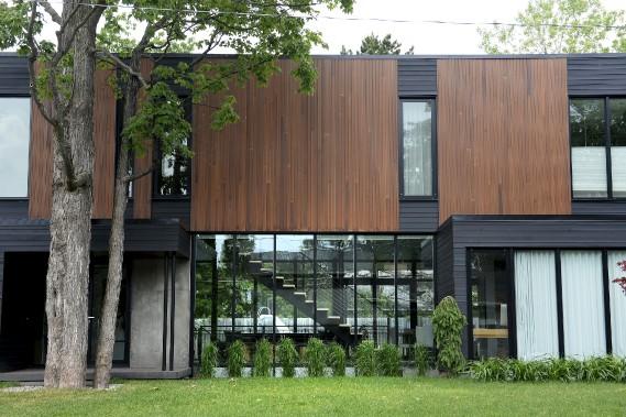 La maison de style contemporain est dotée de deux murs-rideaux, l'un à l'avant, l'autre à l'arrière. (Le Soleil, Yan Doublet)