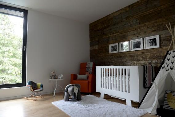 Meublée de façon contemporaine, la chambre du bébé est parée de bois de grange déniché à Saint-Pascal. (Le Soleil, Yan Doublet)