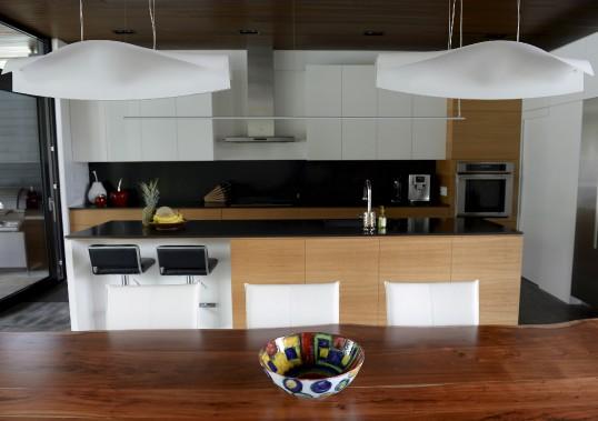 Deux lampes en forme d'oiseau surplombent la table. Au-dessus du comptoir de granit d'Afrique, la suspension tout en longueur a été achetée chez Transit. (Le Soleil, Yan Doublet)