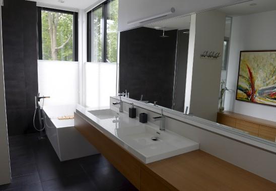 La salle de bain attenante à la chambre principale bénéficie d'un éclairage généreux. (Le Soleil, Yan Doublet)