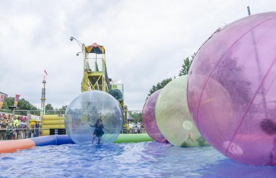 Les jeunes et les moins jeunes ont pu tenter l'expérience des bulles sur l'eau. (Spectre média, Stéphanie Vallières)