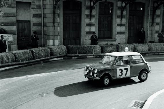 1964 : l'ancienne Mini, longue d'à peine 3 mètres, était très amusante à conduire, surtout en ville. C'est encore vrai aujourd'hui. ()