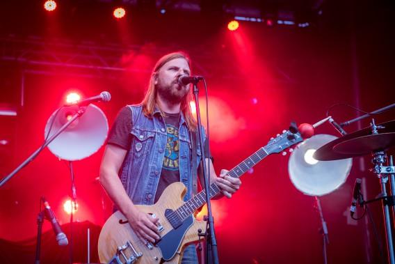 Le Trifluvien Steve Hill est monté sur scène pour les festivaliers vendredi. Guitariste et chanteur, il est aussi un véritable homme-orchestre. (Spectre Média, André Vuillemin)