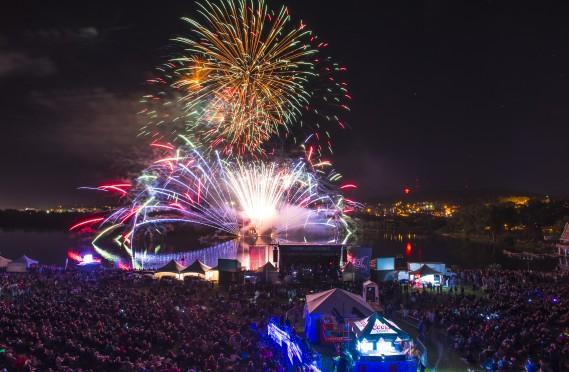 Les feux d'artifice de la première soirée de la Fête du lac des Nations en ont mis plein la vue aux visiteurs. (Spectre média, Jessica Garneau)