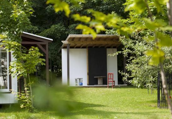 Le studio extérieur est installé dans le fond de la cour. (Brigitte Thériault)