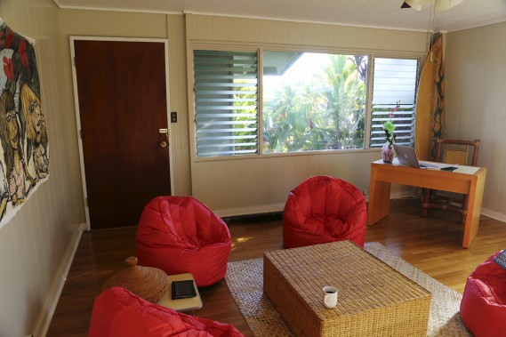 Le salon de la maison de Kauai est modeste et confortable. (Brigitte Thériault)