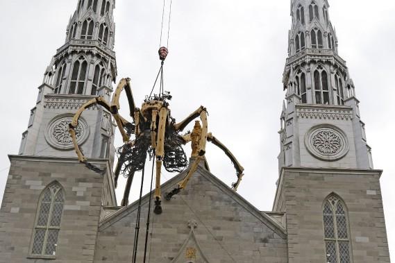Kumo sur la cathedrale devant Maman au MBAC PATRICK WOODBURY, LeDroit ()