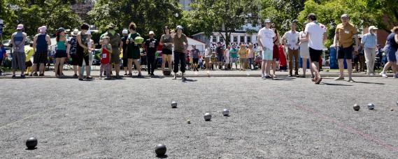 Les résidents de l'île de Hull se disputent le titre de champion à la 10e édition de l'Internationale de pétanque du Vieux-Hull, au parc Fontaine. (Simon Séguin-Bertrand, Le Droit)