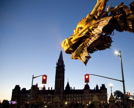 Un dragon géant animé par des humains de déplace sur la rue elgin et la rue Wellington devant le parlemant canadien et la CNA.Photo : Simon Séguin-Bertrand, LeDroit ()