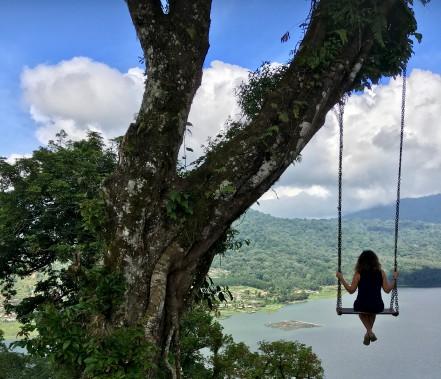 Une randonnée à Munduk permet d'admirer le paysage duhaut d'une balançoire. (collaboration spéciale Nadielle Kutlu)