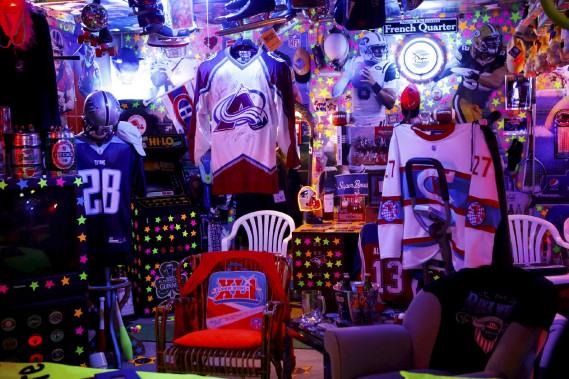 La cave aux sports de Bruno Lachance est remplie d'artéfacts de collection. (Le Soleil, Caroline Grégoire)