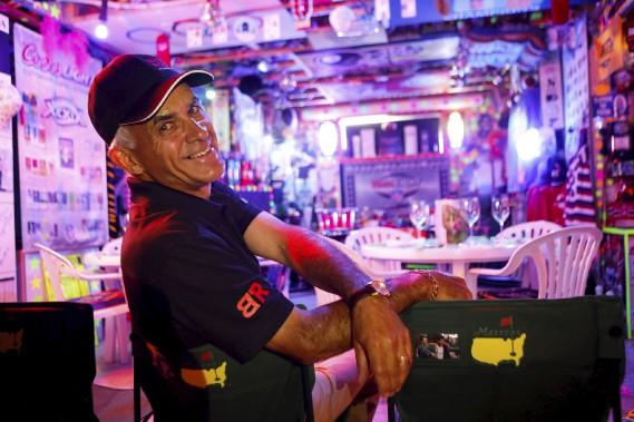 Bruno Lachance amasse des objets liés au monde sportif depuis trois ans et demi. Il en a déjà des milliers. (Le Soleil, Caroline Grégoire)