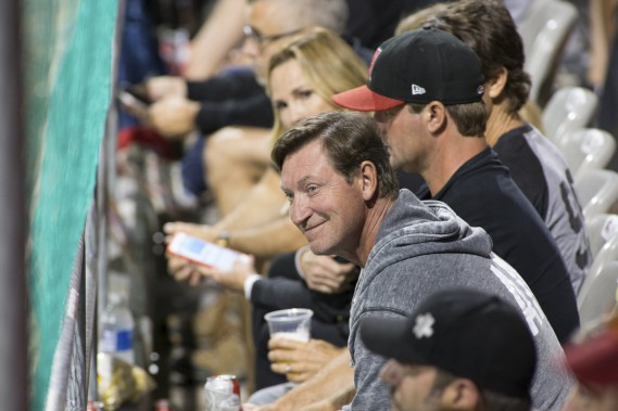 Wayne Gretzky a assisté au match en compagnie de son épouse Janet Jones, sa plus jeune fille ainsi que Marc-André Bergeron. (Olivier Croteau)