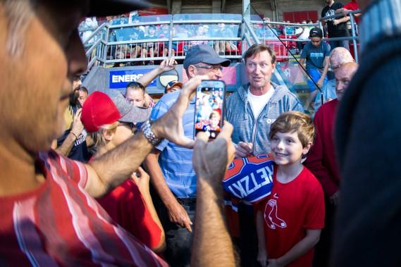 Même le maire de Trois-Rivières Yves Lévesque n'a pu se retenir d'être pris en photo avec Wayne Gretzky. (Olivier Croteau)