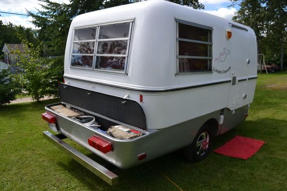 Le coffre de rangement leur permet de ranger tous les articles de camping, gazébo, barbecue et autres. ()