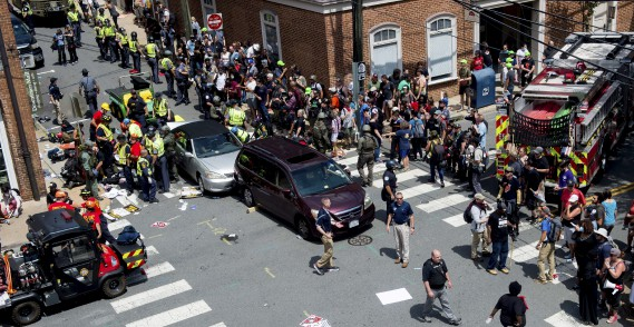 Les secouristes prennent en charge des blessés après qu'une voiture ait foncé dans la foule qui manifestait à Charlottesville, samedi. (AFP, PAUL J. RICHARDS)