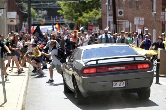 Une voiture a foncé dans un groupe de manifestants qui protestaient contre le rassemblement de suprémacistes blancs à Charlottesville. (AP, The Daily Progress)