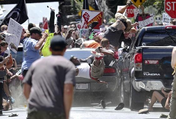Une voiture a foncé dans un groupe de manifestants qui protestaient contre le rassemblement de suprémacistes blancs à Charlottesville. (AP, Ryan M. Kelly/The Daily Progress)