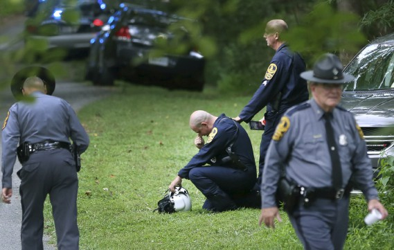 Des policiers se trouvent près du lieu de l'écrasement d'un hélicoptère aux environs de Charlottesville. (AP, Shelby Lum/Richmond Times-Dispatch)
