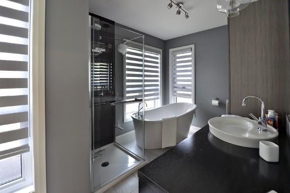 La maison comprend quatre salles de bain, aménagées au goût du jour. Un gros plus pour la famille de quatre adultes, mais aussi une décision pour favoriser éventuellement la revente. (Le Soleil, Patrice Laroche)