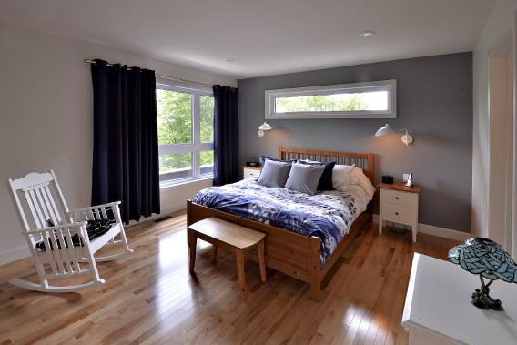 La chambre principale comprend quelques meubles qui ont appartenu à la grand-mère de Josée. (Le Soleil, Patrice Laroche)