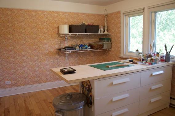 Le papier peint de la pièce qui sert aujourd'hui d'atelier a été conservé pour donner une touche vieillotte au décor. (Mélissa Bradette)