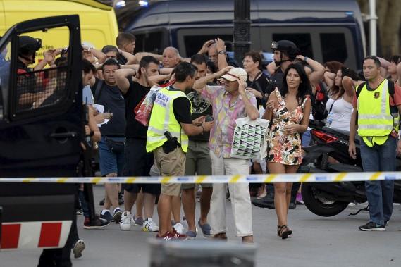 Les policiers ont procédé à la vérification de l'identité des gens qui se trouvaient sur les lieux de l'attentat. (AFP, Josep LAGO)