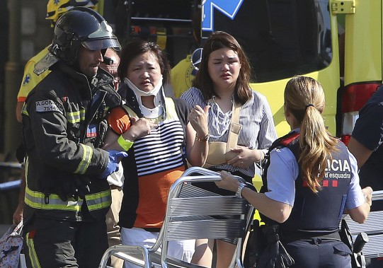 Des dizaines de personnes ont été blessées lorsque la camionnette a foncé dans la foule. (AP, Oriol Duran)