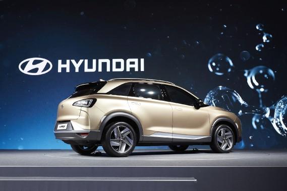 Lors de la présentation du futur VUS à hydrogène de Hyundai l'illustration en arrière-plan montrait des gouttes d'eau. Le es voitures à hydrogène ont comme seule émission de l'eau au lieu de gaz toxiques comme le monoxyde de carbone ou les oxydes d'azote générés par les moteurs à essence et au diesel. ()