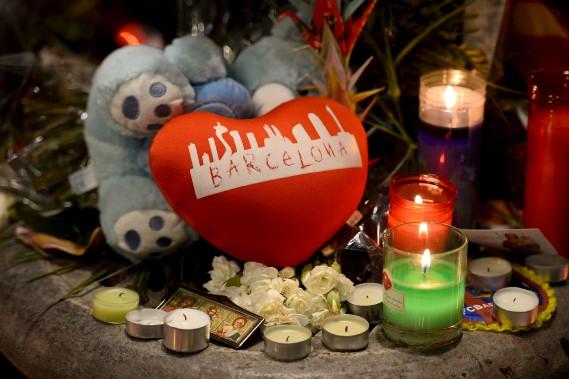 Un mémorial pour les victimes de l'attentat perpétré la veille à Barcelone a été aménagé sur Las Ramblas, vendredi. (AFP, Josep LAGO)