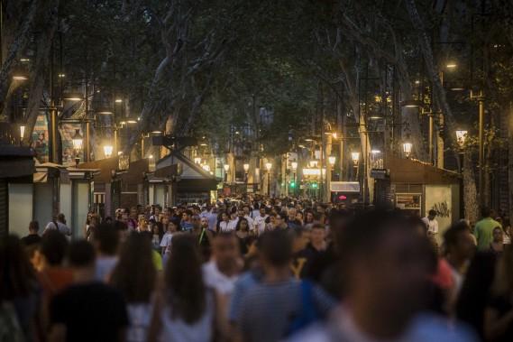Les gens sont retournés en grand nombre sur Las Ramblas au lendemain de l'attentat meurtrier. (AP, Santi Palacios)