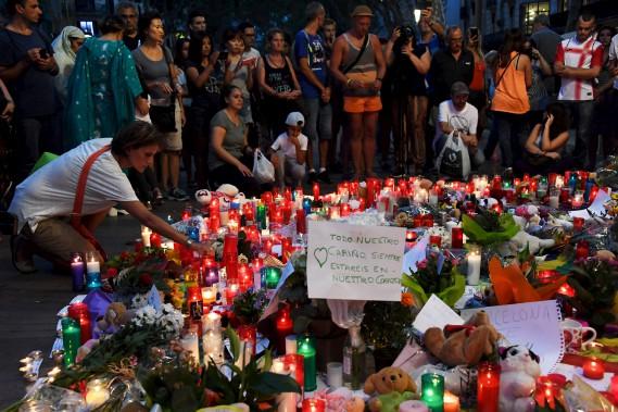 Des gens se sont recueillis à Las Ramblas devant un mémorial pour les victimes de l'attentat perpétré la veille à Barcelone. (AFP, PASCAL GUYOT)