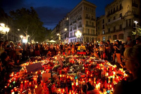 Des gens se sont recueillis à Las Ramblas devant un mémorial pour les victimes de l'attentat perpétré la veille à Barcelone. (AP, Emilio Morenatti)