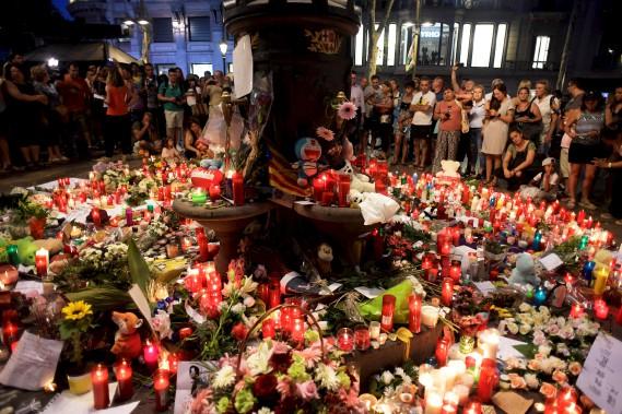 Des gens se sont recueillis à Las Ramblas devant un mémorial pour les victimes de l'attentat perpétré la veille à Barcelone. (AFP, JAVIER SORIANO)