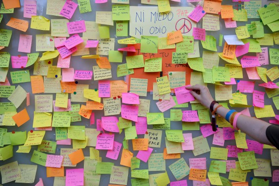Des mots de solidarité ont été accrochés sur Las Ramblas, plusieurs disant «je n'ai pas peur». (AFP, Josep LAGO)