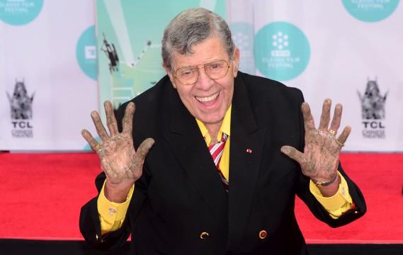 Le 12 avril 2014, alors qu'il a immortalisé l'empreinte de ses mains et de ses pieds devant le TCL Theater, à Hollywood. (AFP,  Frederic J. BROWN)