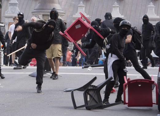 Des militants ont lancé des chaises aux policiers et ont placé des bombes fumigènes dans des poubelles. (PC)