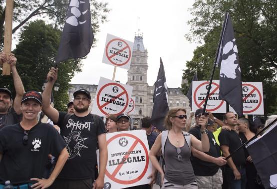 Plusieurs groupes se rapprochant de l'extrême-droite ont organisé une manifestation «silencieuse» contre ce qu'ils considèrent comme «l'immigration illégale». (PC)