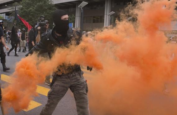 Des manifestants ont lancé des bombes fumigènes, ce qui a amené la police à déclarer cette manifestation illégale. (PC)