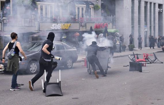 Des manifestants masqués se sont rendus sur la Grande Allée, une avenue très fréquentée, pour s'attaquer à des commerces. (PC)