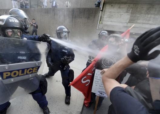 Des policiers repoussent des manifestants pro-immigration. (Le Soleil, Yan Doublet)