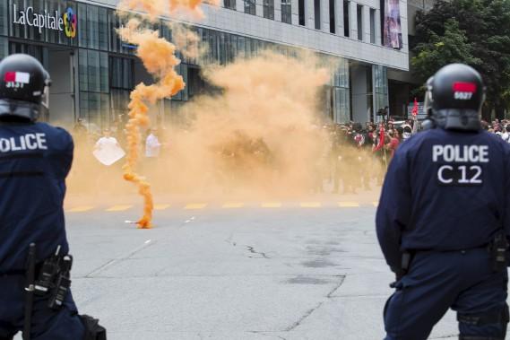 Des manifestants ont lancé des grenades fumigènes vers les policiers. (Le Soleil, Caroline Grégoire)