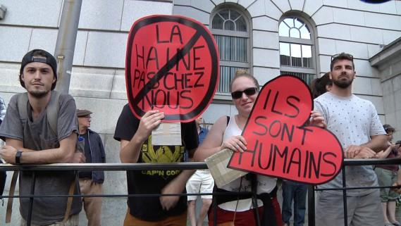 Des manifestants affichaient des messages pour défendre les immigrants. (Tirée de la vidéo, Nicolas Perron-Drolet)