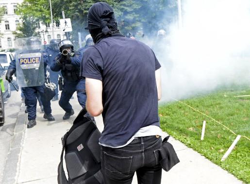 Les policiers anti-émeute ont répliqué lorsque des manifestants ont lancé des grenades fumigènes vers eux. (Le Soleil, Yan Doublet)