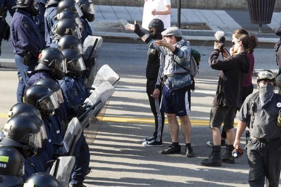 Les policiers anti-émeute tentent de faire reculer les manifestants pro-immigration après que leur rassemblement ait été déclaré illégal. (Le Soleil, Caroline Grégoire)