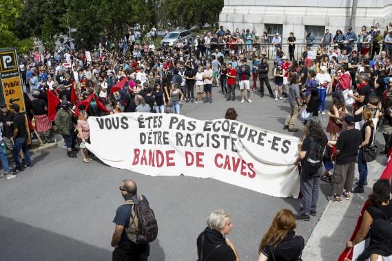 Des manifestants pro-immigration sur la rue Louis-Alexandre-Taschereau, face au Complexe G. (Le Soleil, Caroline Grégoire)