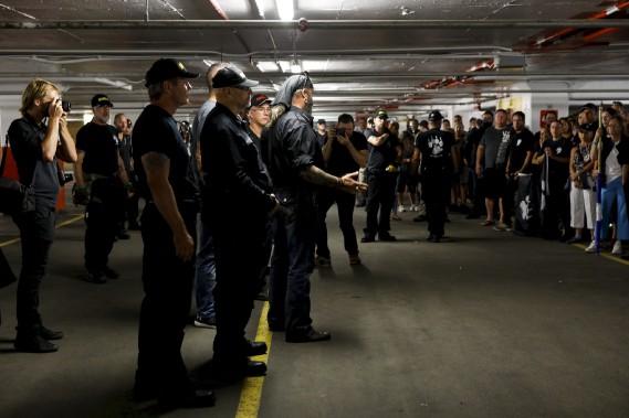 Environ 600 personnes membres de La Meute étaient rassemblées dans le stationnement souterrain du Complexe G, où elles sont demeurées plusieurs heures avant de sortir manifester. (Le Soleil, Caroline Grégoire)