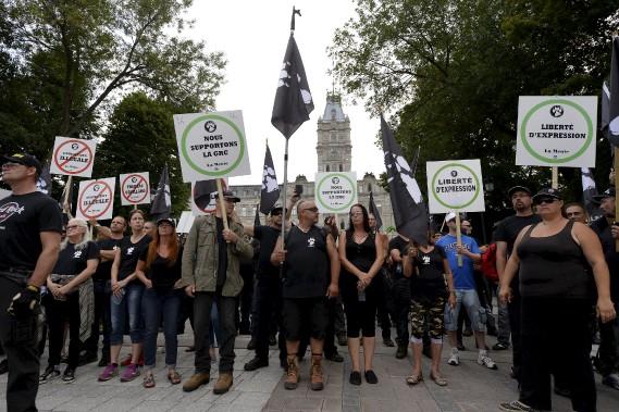 Les membres de La Meute ont marché en silence, montrant des pancartes où l'on pouvait lire leur opposition aux gouvernements Trudeau et Couillard et à l'immigration illégale, ou pour la liberté d'expression et la GRC. (Le Soleil, Yan Doublet)