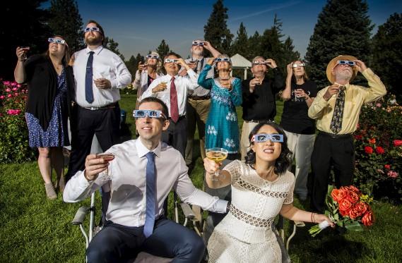 Après leur mariage, Nathan Mauger et Connie Young ont regardé l'éclipse en compagnie de leurs invités à Spokane dans l'État de Washington. (AP, Colin Mulvany)